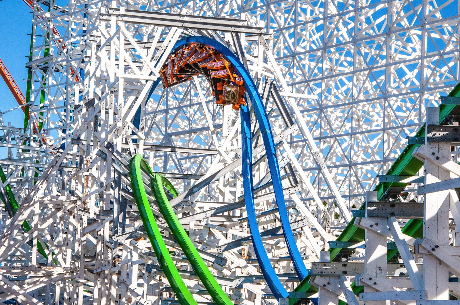 MetLife Investment Advisors LLC Takes $3.28 Million Position in Six Flags (SIX)