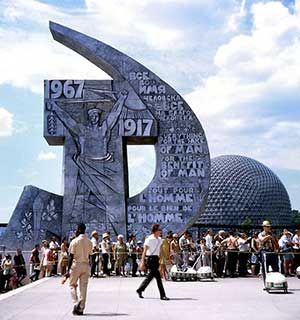 The-entrance-to-the-USSR-pavilion-with-the-US-pavilion-in-the-background Expo 67