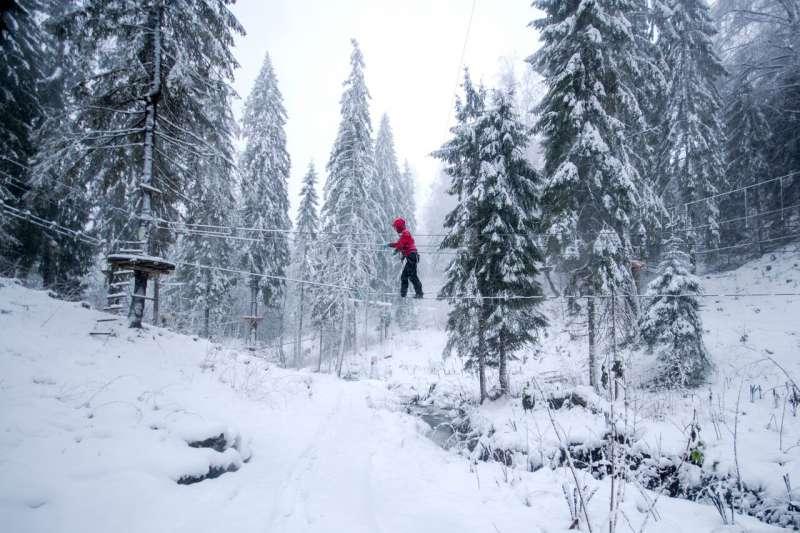 visitor attemps snowy aerial adventure kanopeo speedrunner hoyt & lavt
