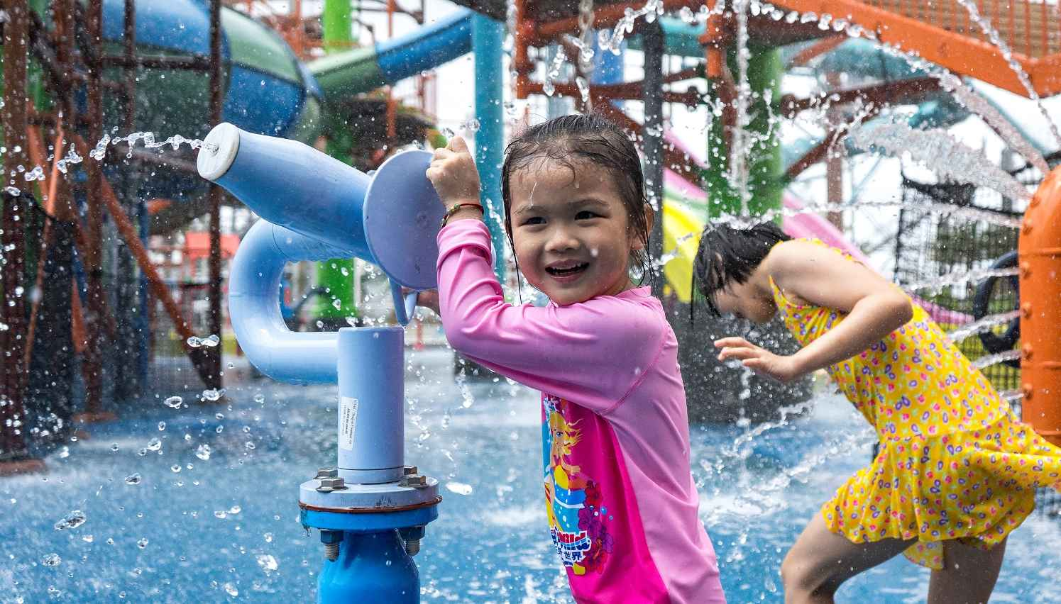 girl using water cannon at wet'n'wild haikou