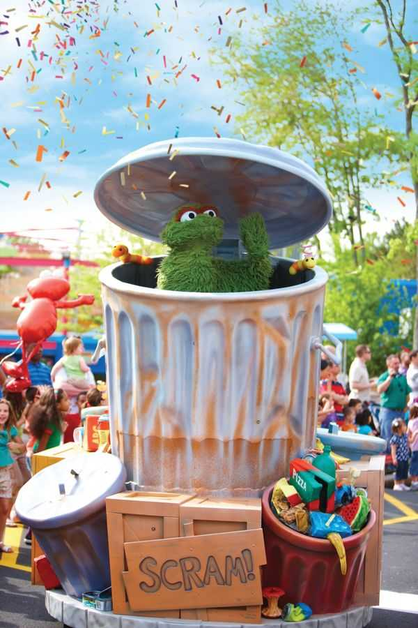 Parade Oscar waves to guests from inside his trash can at SeaWorld Orlando