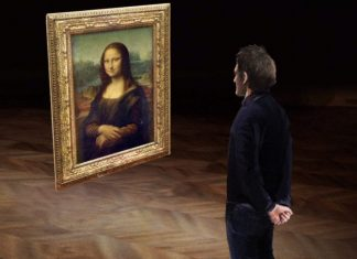 man looks at mona lisa at the louvre museum VR experiences