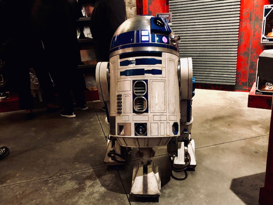 R2D2 star wars galaxys edge photos